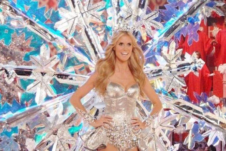 Heidi Klum saat mengenakan bra Victoria Secret di atas panggung.