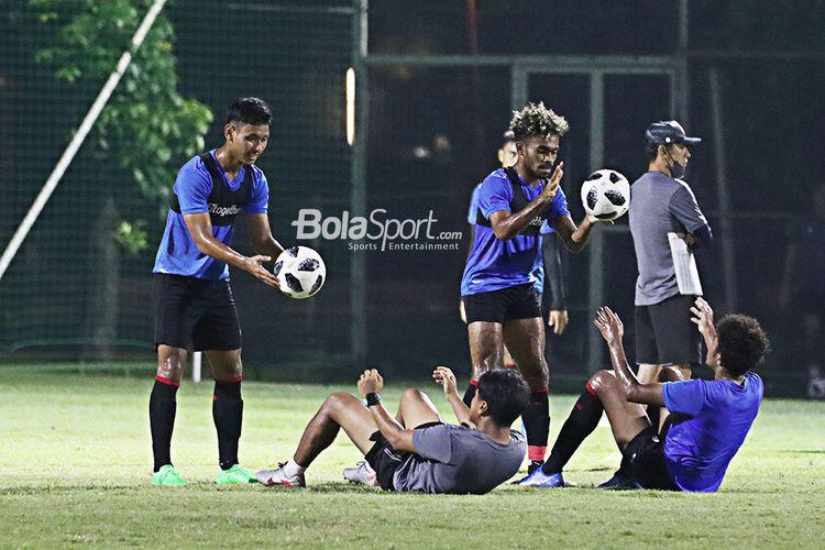 Salman Alfarid dan Yakob Sayuri beserta para pilar timnas U-22 Indonesia lainnya sedang berlatih di Lapangan D, Senayan, Jakarta, pada 2 Maret 2021.