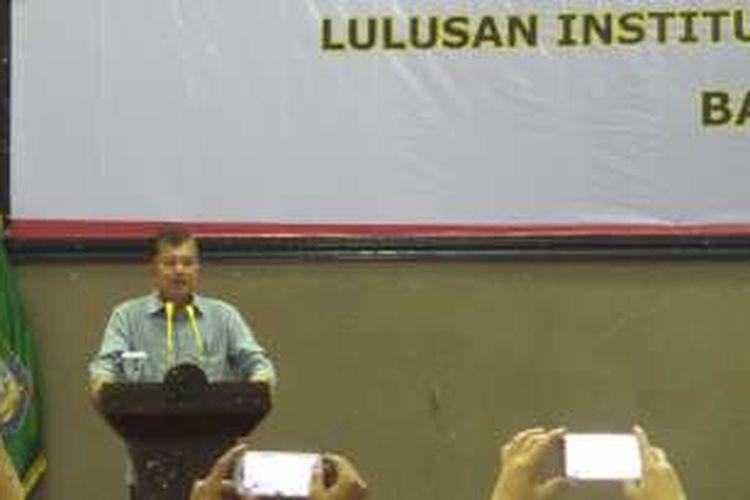 Wakil Presiden Jusuf Kalla saat menyampaikan kuliah umum di Kampus IPDN, Senin (18/7/2016).