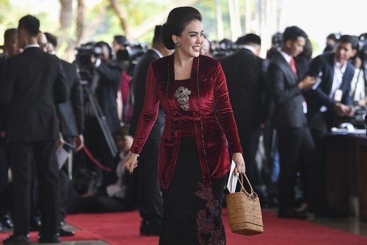 Artis Rieke Diah Pitaloka berjalan menyapa wartawan sebelum mengikuti  pelantikan anggota Dewan Perwakilan Rakyat (DPR) periode 2019-2024 di Ruang Rapat Paripurna, Kompleks Parlemen, Senayan, Jakarta, Selasa, (1/10/2019). Sebanyak 575 anggota DPR terpilih dan 136 orang anggota DPD terpilih diambil sumpahnya pada pelantikan tersebut.  ANTARA FOTO/Nova Wahyudi/pd.