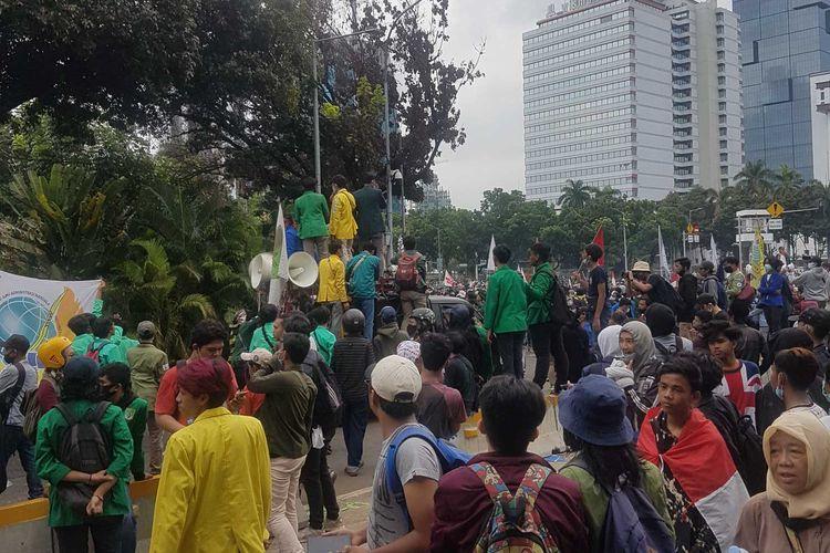 Massa BEM SI berangsur membubarkan diri setelah tak ditemui Presiden dalam aksi Selasa (20/10/2020). Aksi tersebut digelar bertepatan dengan satu tahun masa kerja Joko Widodo