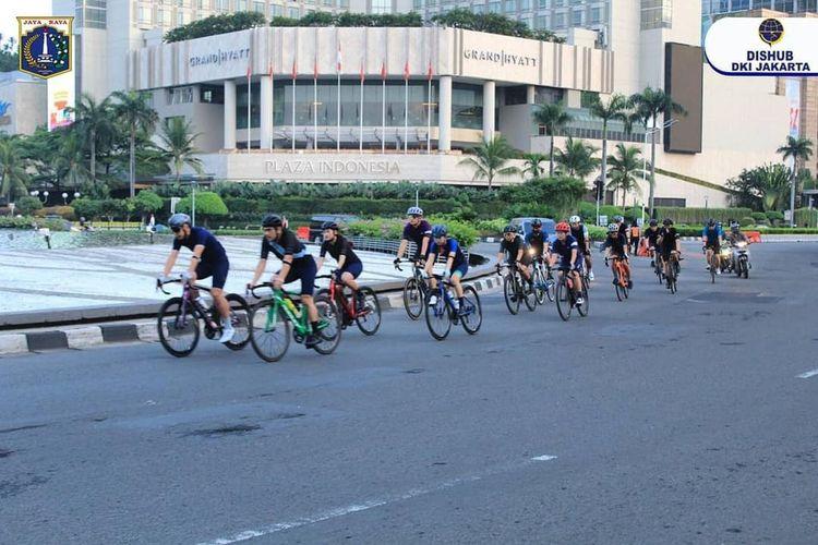 Uji coba jalur kendaraan bermotor Sudirman-Thamrin untuk pesepeda road bike.