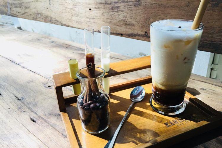 Kopi madu di Kawisari Coffee & Eatery