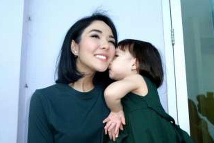 Vokalis Gisella Anastasia dan sang putri Gempita Nora Marten saat ditemui di kawasan Mampang, Jakarta Selatan, Kamis (16/6/2016).