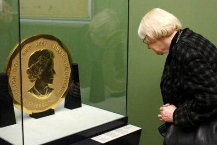 Seorang pengunjung sedang menyaksikan uang logam raksasa terbuat dari emas dengan bobot mencapai 100 kilogram. Uang logam buatan Kanada ini hilang dari Museum Bode, Berlin pada Senin (27/3/2017) dini hari.