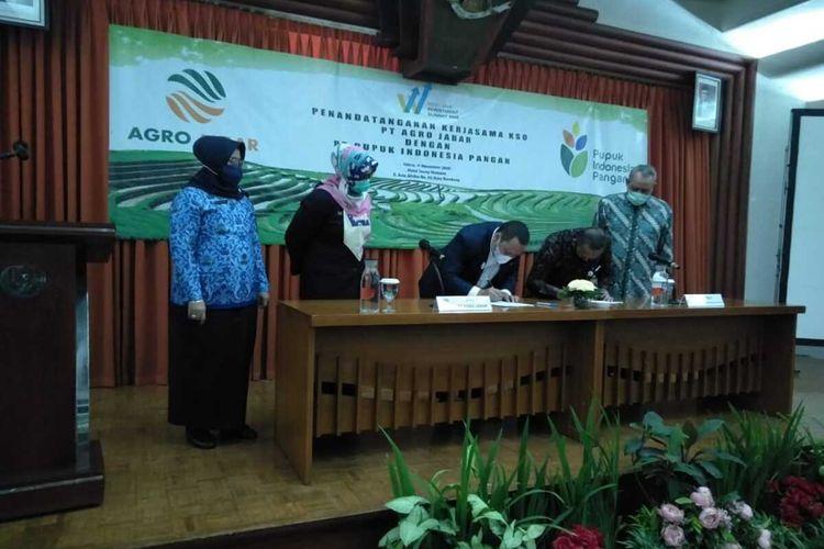 Penandatanganan kerjasama peningkatan cadangan beras di Jawa Barat antara PT Agro Jabar dan PT Pupuk Indonesia Pangan.