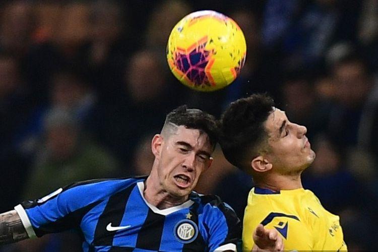 Alessandro Bastoni (kiri) dan Davide Faraoni saat berduel pada pertandingan Inter Milan vs Verona dalam lanjutan Liga Italia di Stadion San Siro, 9 November 2019.