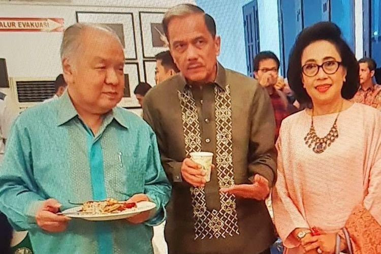 Christianto Wibisono (kiri, berbatik biru) bersama Chappy Hakim dalam sebuah acara.