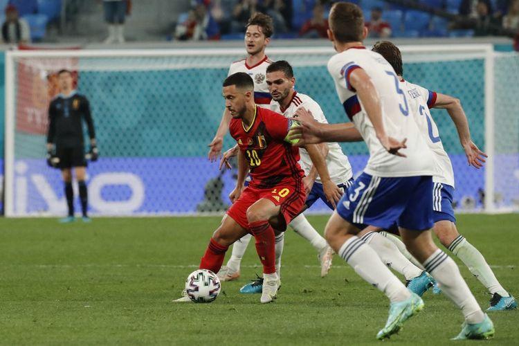Eden Hazard (tengah) beraksi dalam pertandingan Grup B Euro 2020 Belgia vs Rusia di Stadion Saint Petersburg, Minggu (13/6/2021) dini hari WIB.