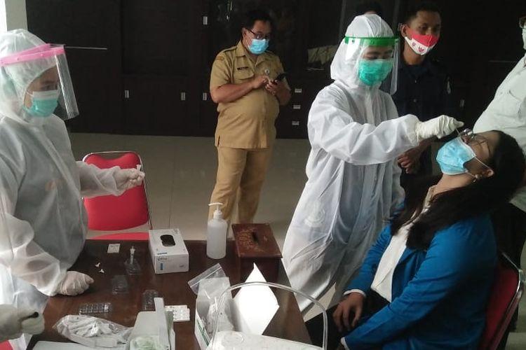 Anggota dan pegawai DPRD Kota Tegal, Jawa Tengah menjalani tes swab massal oleh Tim Dinas Kesehatan di kantor Sekwan setempat, Senin (7/12/2020)