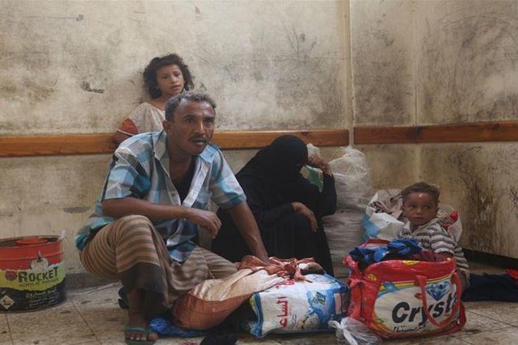Sebuah keluarga di Hodeidah, Yaman. Serangan yang dilancarkan koalisi pimpinan Arab Saudi di kota pelabuhan itu sejak pekan lalu memaksa sebagian besar penduduknya mengungsi.