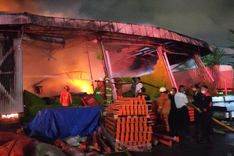Gudang ekspedisi di Tanjung Priok terbakar pada Minggu (5/8/2021) malam. Foro: Damkar DKI Jakarta