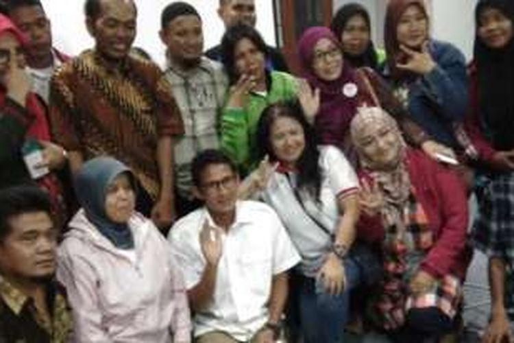 Para relawan Anies-Sandi bersama Sandiaga Uno di di Rumah Relawan PENDOPO, Kebayoran Baru, Jumat (18/11/2016).