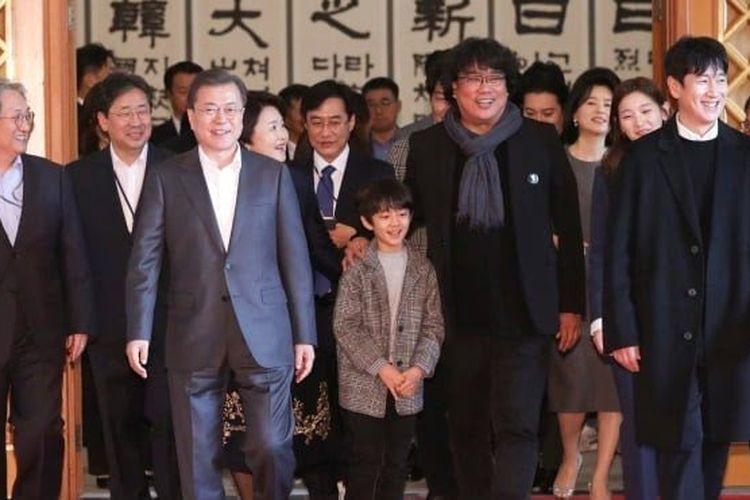 President Moon Jae-in bersama dengan sutradara dan para pemain film Parasite pada 20 Februari 2020