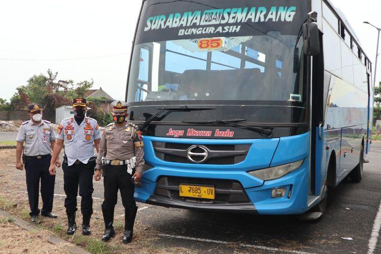 Operasi gabungan Dishub Kota Semarang dan Satlantas Polrestabes Semarang menertibkan bus yang masih nekat beroperasi di Terminal Terboyo, Kamis (22/7/2021)