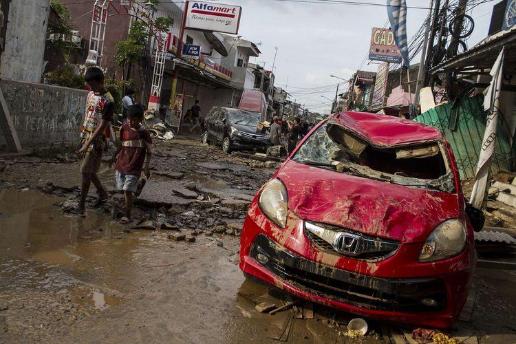 Sebuah mobil Honda Brio rusak berat akibat terendam banjir di kawasan Pondok Gede Permai, Jati Asih, Bekasi, Jawa Barat, Kamis(2/1/2020). Banjir di kawasan tersebut, merupakan banjir terparah di wilayah Bekasi.