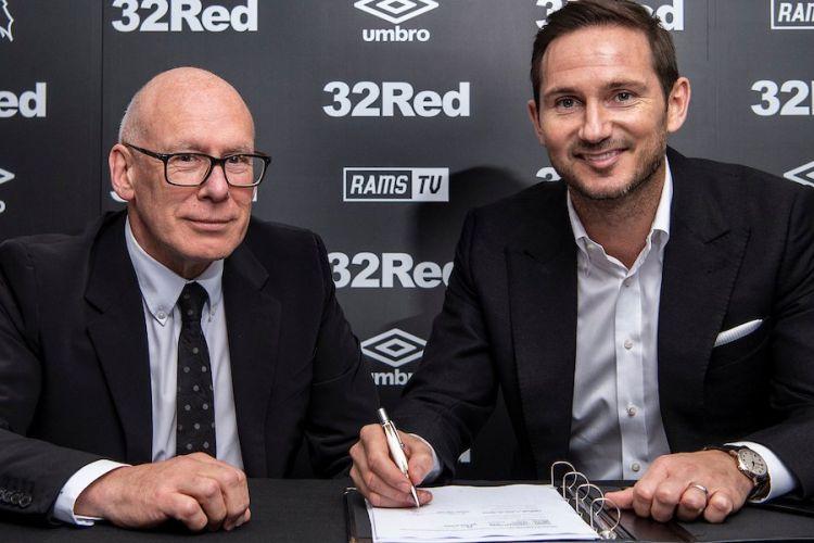 Frank Lampard (kiri) sedang menandatangani kontrak sebagai manajer Derby County dengan Bos Derby County, Mel Morris CBE (kanan).