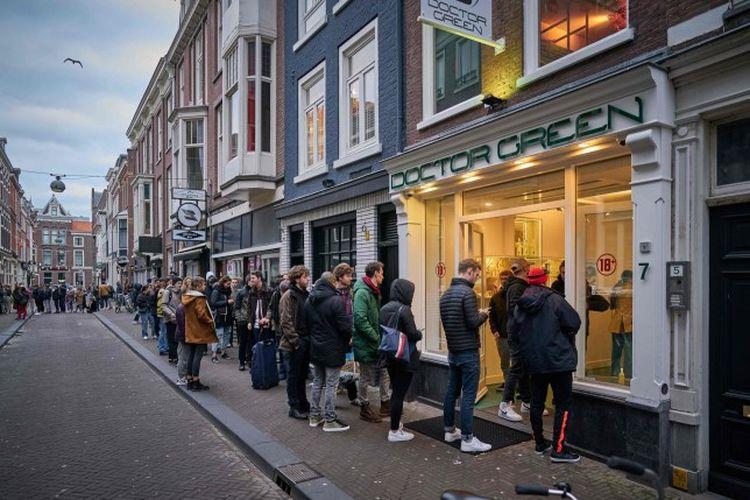 Masyarakat Belanda melakukan antrian panjang membeli ganja sebelum toko kopi tersebut ditutup akibat kebijakan penutupan wilayah (lockdown).