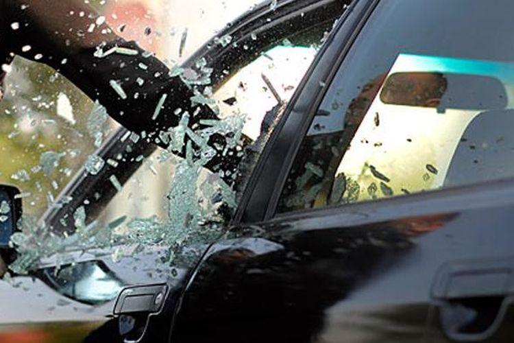 Ilustrasi pecahkan kaca mobil
