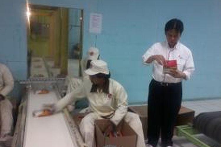 Direktur Utama PT.RNI, Ismed Hasan Putro, saat meninjau Pabrik Gula Jatitujuh, di Majalengka, Jawa Barat, Jumat (6/9/2013). Tahun ini PG Jatitujuh mendapat kuota impor raw sugar oleh Kementerian Perdagangan, sebanyak 25.000 ton yang datang Agustus lalu.