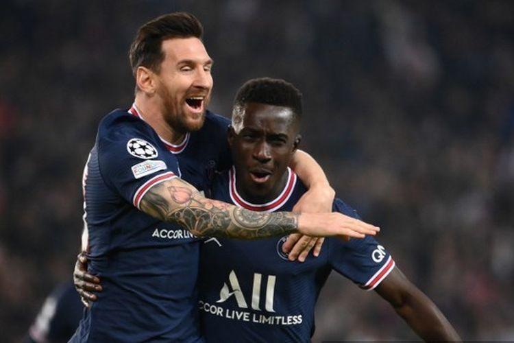 Idrissa Gueye (kanan) merayakan golnya bersama Lionel Messi (kiri) pada laga kedua Grup A Liga Champions yang mempertemukan PSG vs Man City di Stadion Parc des Princes pada Rabu (29/9/2021)  dini hari WIB.