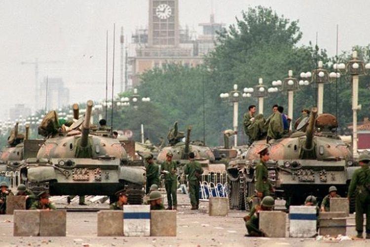 Foto ini diambil pada 6 Juni 1989 memperlihatkan Tentara Pembebasan Rakyat (PLA) didukung puluhan tank mengamankan jalan raya Chang'an yang menuju Lapangan Tiananmen, Beijing.