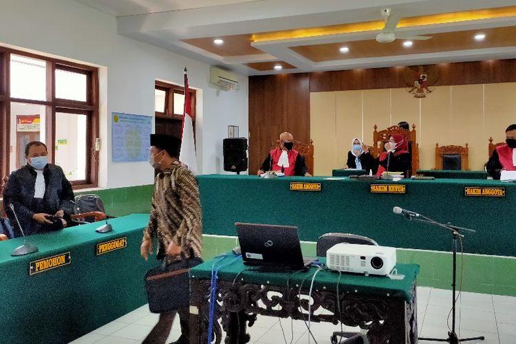 Wakil Ketua DPRD Kota Tegal Wasmad Edi Susilo menjalani sidang perdana di PN Tegal dalam kasus terkait usai penyelenggaraan konser dangdut di tengah pandemi Covid-19, Selasa (17/11/2020)
