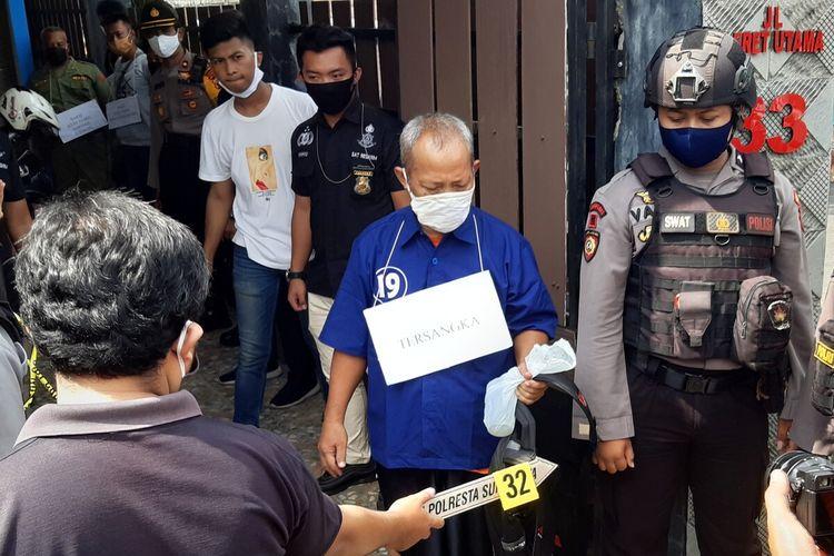 Tersangka C alias G memperagakan adegan dalam proses rekonstruksi pembunuhan di rumah kontrakan Jalan Pleret Utama Banyuanyar, Banjarsari,Solo, Jawa Tengah, Kamis (14/5/2020).