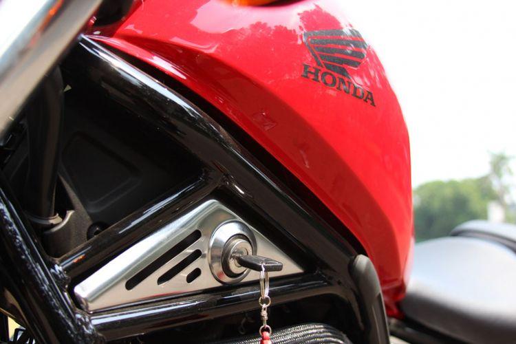 Penempatan kunci kontak di bagian samping pada Honda CMX500 Rebel