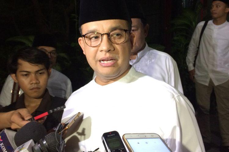 Gubernur terpilih DKI Jakarta Anies Baswedan menyapa wartawan usai buka bersama di kantor DPP Gerindra, Ragunan, Jakarta Selatan, Jumat (16/6/2017) malam.