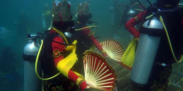 25 penyelam menarikan tarian Gandrung di bawah air perairan Pantai Bangsring Banyuwangi, Jatim, Rabu (4/4/2018).