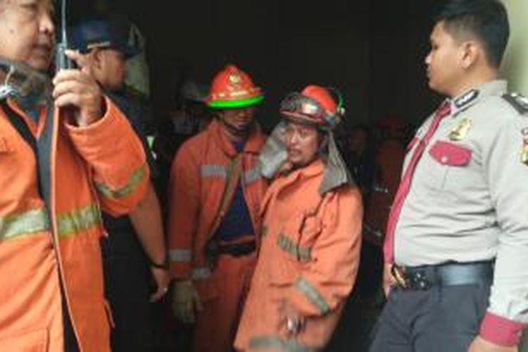 Pemadam kebakaran mencoba mencari tahu sumber asap di ruang panel Balai Kota DKI, Senin (12/10/2015).