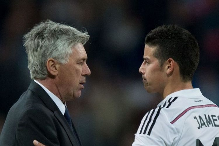 Carlo Ancelotti (kiri) bersama James Rodriguez (kanan) ketika keduanya masih memebela Real Madrid.