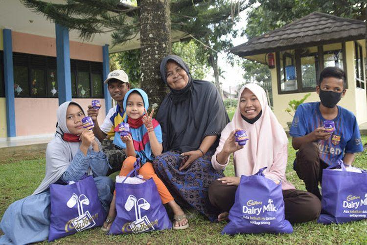 Cadbury membagikan ribuan paket nutrisi untuk anak-anak terlantar dibawah pendampingan SOS Childrens Village di 8 kota di Indonesia.