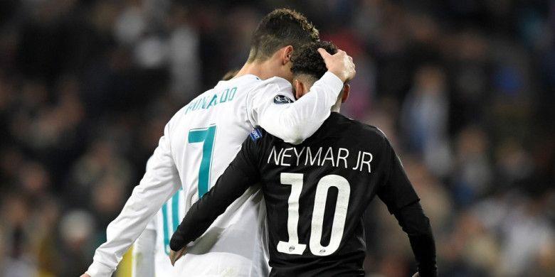 Megabintang Real Madrid, Cristiano Ronaldo (kiri), dan pemain Paris Saint-Germain, Neymar, meninggalkan lapangan saat turun minum dalam laga leg pertama babak 16 besar Liga Champions di Stadion Santiago Bernabeu, Madrid, Spanyol, pada 14 Februari 2018.