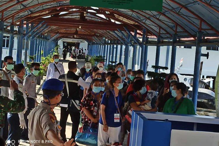 81 tenaga kerja Indonesia (TKI) dideportasi dari Malaysia ke Batam dan ke Pelabuhan Internasional Sribintan Pura, Selasa (24/3/2020) sore kemarin. 81 orang TKI terdiri dari laki-laki 46, 33 orang perempuan dan dua orang anak-anak dalam keadaaan sehat.