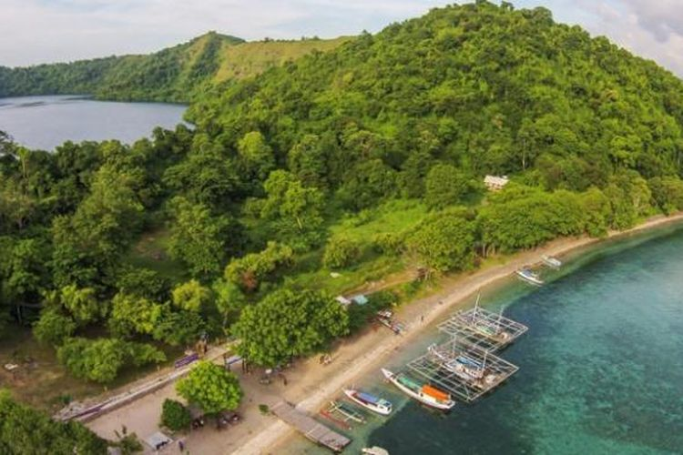 Pulau Satonda dengan danau air asinnya di Kabupaten Dompu, Nusa Tenggara Barat.