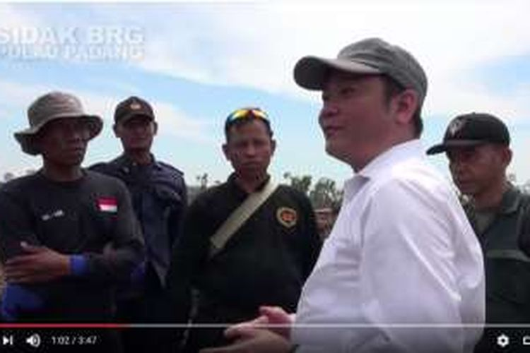 Kepala Badan Restorasi Gambut, Nazir Foead, saat melakukan inspeksi mendadak di Pulau Padang, Riau, Senin (5/9/2016). Hasil sidak itu kemudian diunggah di YouTube pada Selasa (6/9/2016).