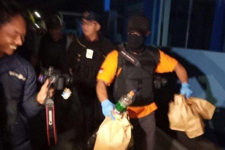 Polisi membawa lima katong barang bukti hasil penggeledahan di rumah pelaku bom bunuh diri, RA (22), di Dukuh Kranggan Kulon, Desa Wirogunan, Kecamatan Kartasura, Kabupaten Sukoharjo, Selasa (4/6/2019) dini hari.