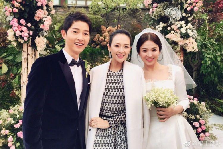 Pasangan Song Joong Ki dan Song Hye Kyo berfoto dengan aktris China Zhang Ziyi, di Shilla Hotel, Seoul, Selasa (31/10/2017).