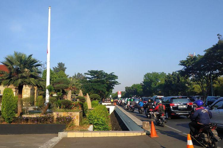 Arus lalu lintas di Jalan Raya Kalibata mulai tersendat pada Kamis (12/9/2019) pagi, jelang pemakaman BJ Habibie siang nanti.