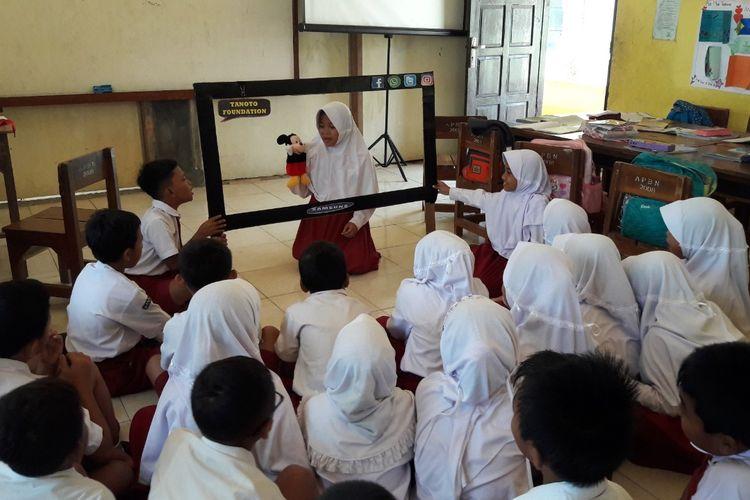 Dengan replika TV yang diberi nama TV Pemberani, siswa SDN 2 Pokoh Kidul Wonogiri menjadi lebih berani dan kreatif dalam berkomunikasi di depan kelas.