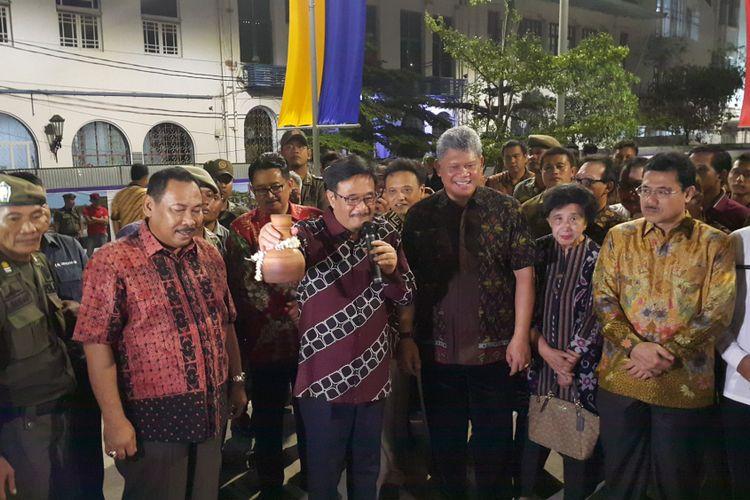 Gubernur DKI Jakarta Djarot Saiful Hidayat memecahkan kendi saat meresmikan Jembatan Budaya di Kawasan Kota Tua, Jakarta Barat, Kamis (5/10/2017) malam.