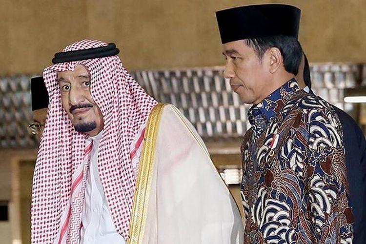 Raja Arab Saudi Salman bin Abdulaziz al-Saud dan Presiden Joko Widodo saat memasuki Masjid Istiqlal, Jakarta Pusat, Kamis (2/3/2017). Kunjungan Raja Salman ke Indonesia setelah 47 tahun lalu dalam rangka kerja sama bilateral Indonesia - Arab Saudi.