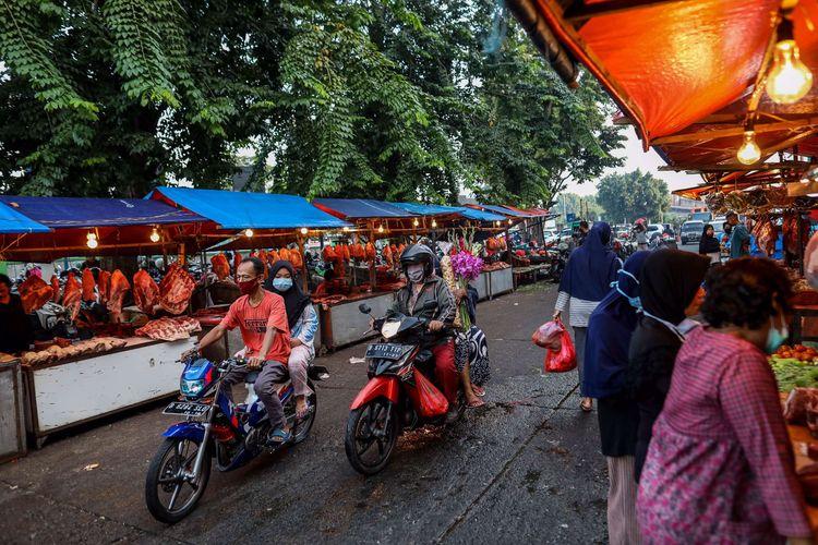 Warga berbelanja kebutuhan lebaran di Pasar Kramat Jati, Jakarta Timur, Jumat (22/5/2020). Menjelang Hari Raya Idul Fitri 1441 H, pasar tradisional ramai dikunjungi warga meskipun dalam masa pandemi COVID-19, tanpa memperhatikan protokol kesehatan seperti memakai masker dan menjaga jarak.