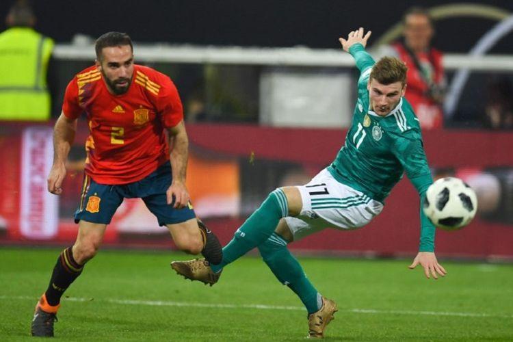 Penyerang Jerman Timo Werner dijaga bek Spanyol Dani Carvajal pada laga uji coba antara kedua tim di Duesseldorf, Jumat (23/3/2018).