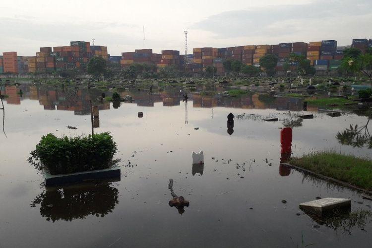 Petak-petak makam di Taman Pemakaman Umum Semper, Jakarta Utara, terendam banjir memasuki musim hujan, Selasa (4/12/2018).