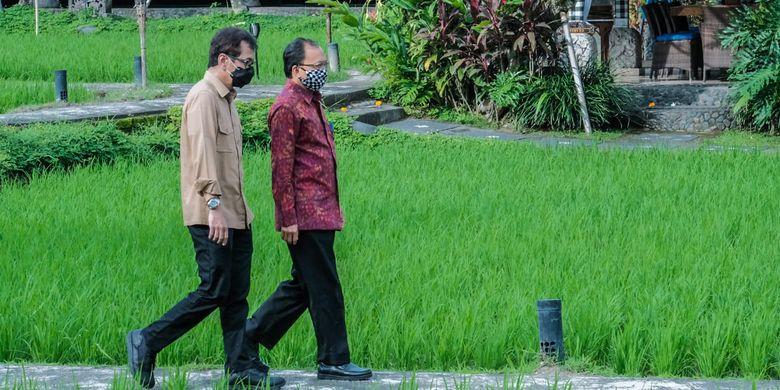 Menparekraf Wisnutama didampingi Gubernur Bali I Wayan Koster saat berada di Restoran Bebek Tepi Sawah, Ubud, Rabu (17/6/2020).