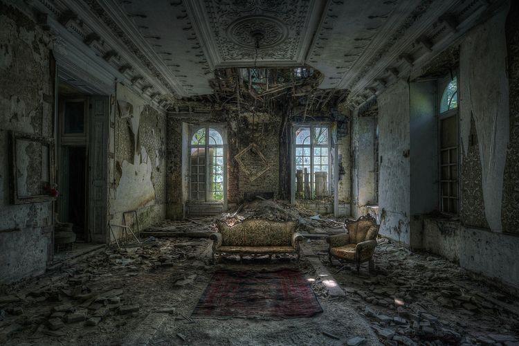 Ilustrasi mansion yang terbengkalai.