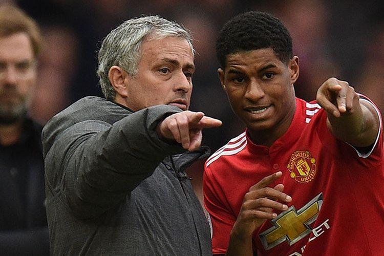 Pelatih Manchester United, Jose Mourinho, berbicara kepada Marcus Rashford dalam laga Liga Inggris kontra Liverpool FC di Stadion Old Trafford, Manchester, Inggris pada 10 Maret 2018.